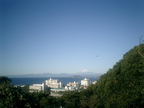 06) 富士山が見えた。手前は、「逗子マリーナ」。.JPG